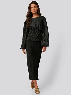 NA-KD Classic Satin Wrinkle Skirt svart