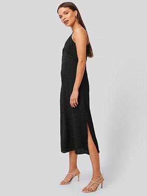 NA-KD Trend Satin Wrinkle Dress svart