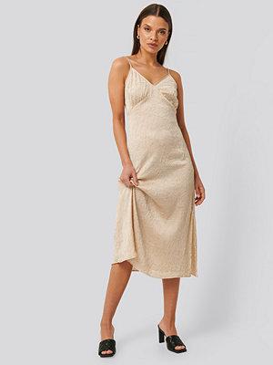 NA-KD Trend Satin Wrinkle Dress beige