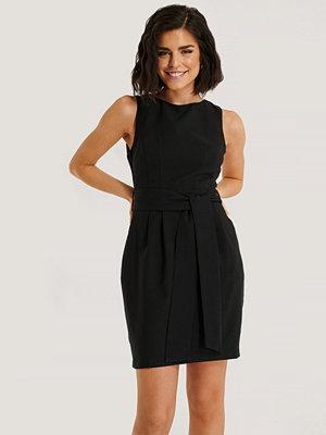 Trendyol Miniklänning Med Bälte svart