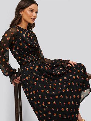 NA-KD Trend Långärmad Midiklänning svart