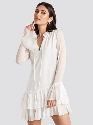 Nicole Mazzocato x NA-KD Chiffon Frill Dress vit