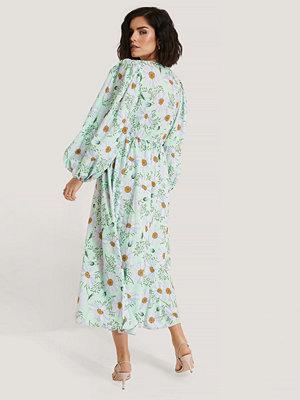NA-KD Boho Omlottklänning Med Blomstertryck Och Ballongärm grön