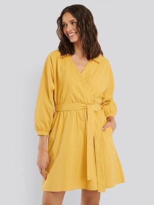 Trendyol Skjortklänning Med Krage Och Bälte gul
