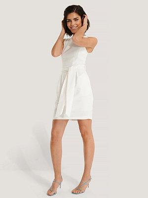 Trendyol Miniklänning Med Bälte vit