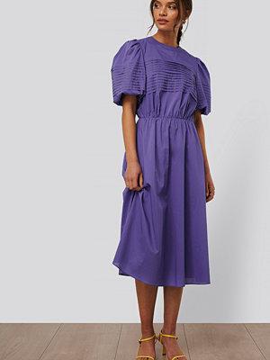 NA-KD Trend Midiklänning Med Kort Puffärm lila