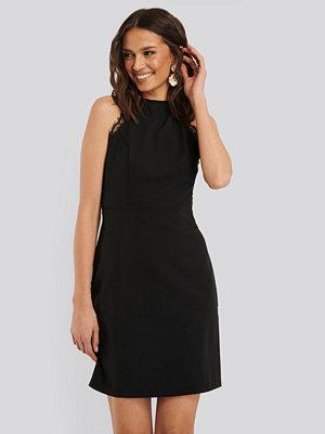 Trendyol Miniklänning Med Spetsdetalj svart