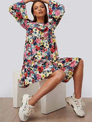 NA-KD Trend Miniklänning Med Vid Ärm multicolor