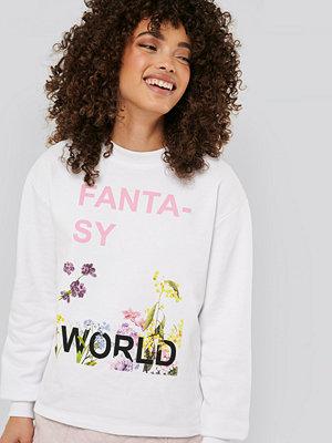 NA-KD Trend Fantasy Printed Sweater vit