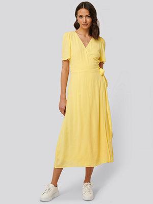 NA-KD Maxiklänning Med Omlott gul