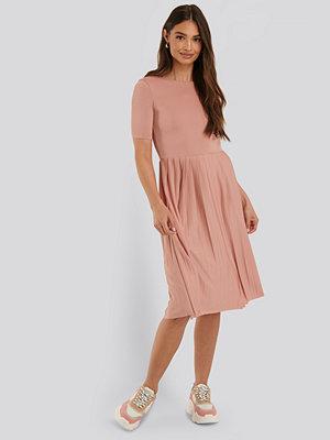 NA-KD Midiklänning rosa