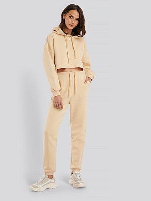 Nadine x NA-KD byxor Sweatpants beige
