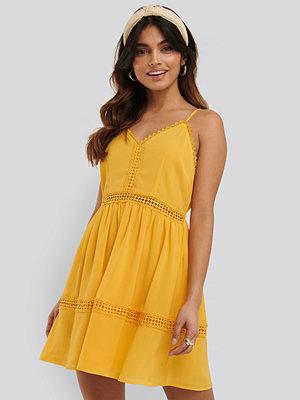 NA-KD Boho Lace Insert Flowy Mini Dress gul
