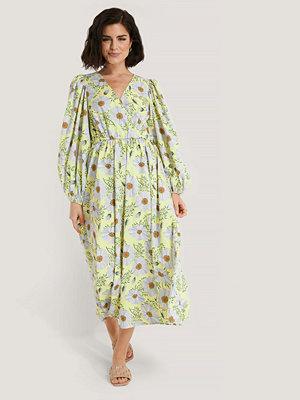 NA-KD Boho Omlottklänning Med Blomstertryck Och Ballongärm gul
