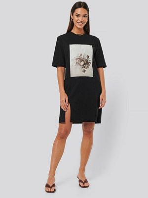 NA-KD Printed Side Slit Tee Dress svart