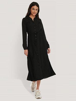 NA-KD Classic Pleated Maxi Dress svart