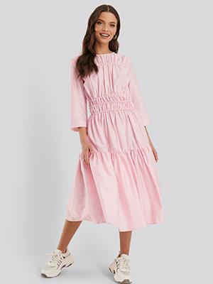 NA-KD Trend Veckad Klänning rosa