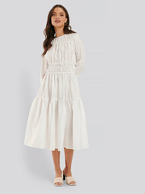 NA-KD Trend Veckad Klänning vit