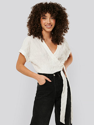 NA-KD Structured Overlap Blouse vit