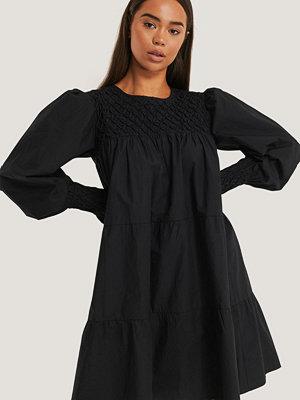 NA-KD Boho Smocked Poplin Dress svart