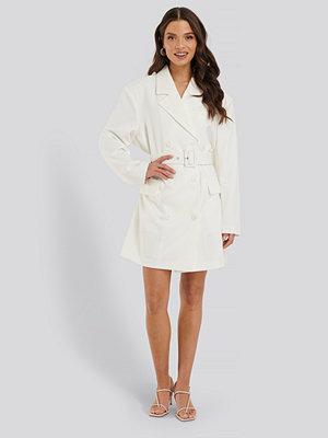 NA-KD Classic Wide Shoulder Belted Blazer Dress vit