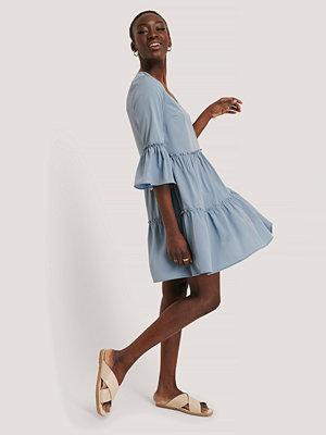NA-KD Boho V-neck Ruffle Dress blå