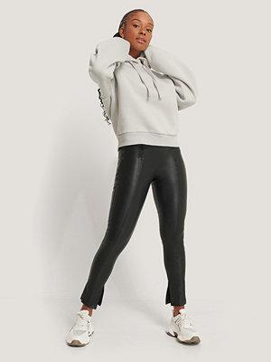 Romy x NA-KD svarta byxor Leggings I Pu Med Söm Fram svart