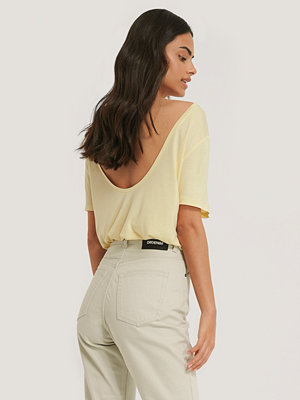 NA-KD Viscose Deep Back Tee gul