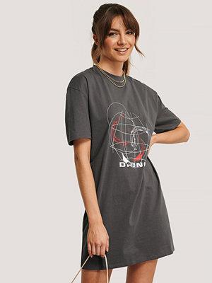 Monica Geuze x NA-KD T-Shirtklänning Med Tryck grå