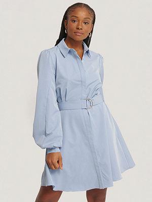 NA-KD Skjortklänning Med Krage Och Bälte blå