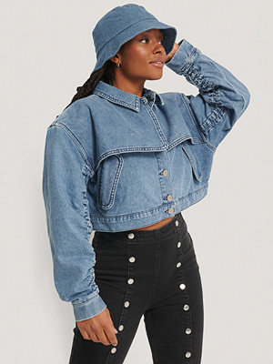 Romy x NA-KD Short Detail Denim Jacket blå