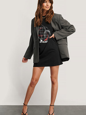 Monica Geuze x NA-KD T-Shirtklänning Med Tryck svart
