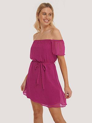 Trendyol Miniklänning I Offshouldermodell Med Bälte rosa