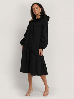 NA-KD Trend Asymetrisk Midiklänning svart