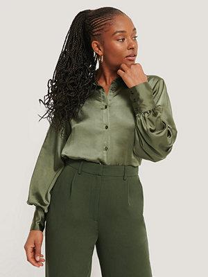 Skjortor - Romy x NA-KD Satinblus Med Stora Manchetter grön