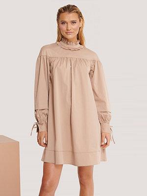 Manon Tilstra x NA-KD Oversize Miniklänning beige