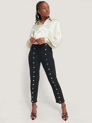 Romy x NA-KD Button Front Jeans svart