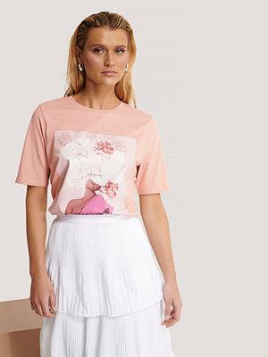 Manon Tilstra x NA-KD T-Shirt Med Blomtryck rosa