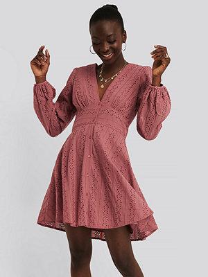 NA-KD Boho V-Neck Anglaise LS Mini Dress rosa