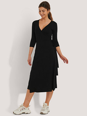 NA-KD Basic Omlottklänning Med Knytning svart