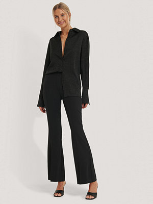 NA-KD Trend svarta byxor Kostymbyxa Med Veck Framtill Och Utsvängda Ben svart