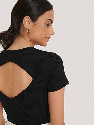 T-shirts - NA-KD Trend Ribbad Topp Med Utskurna Partier svart
