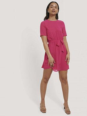 NA-KD Chiffongklänning Med Bälte rosa