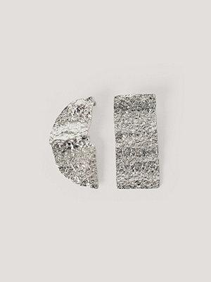 NA-KD Accessories smycke Hamrade Asymmetriska Örhängen silver