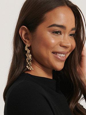 NA-KD Accessories smycke Hamrade Asymmetriska Örhängen guld