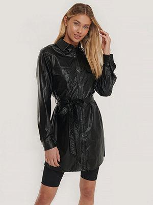 NA-KD Trend Skjortklänning I Pu Med Bälte svart
