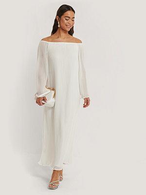 NA-KD Party Plisserad Maxiklänning Med Lång Ärm vit