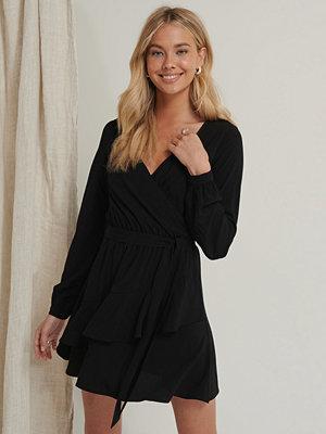 Pamela x NA-KD Reborn Miniklänning Med Volangdetalj svart