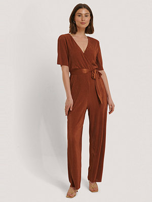 NA-KD Pleated Tie Jumpsuit röd