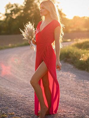 Pamela x NA-KD Reborn Recycled Omlottklänning röd